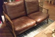 人気!ウッドフレームのビンテージ仕上げのソファ