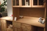 真鍮の取っ手が美しい、ナチュラルな食器棚