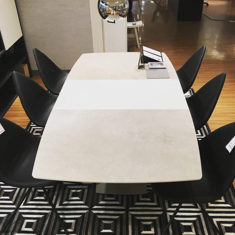 広島 そごう 家具 インテリア おしゃれ スタイリッシュ シンプル モダン 北欧 ダイニング テーブル 伸長式 延長式 伸ばせる エクステンション セラミック かっこいい クール BoConcept ボーコンセプト