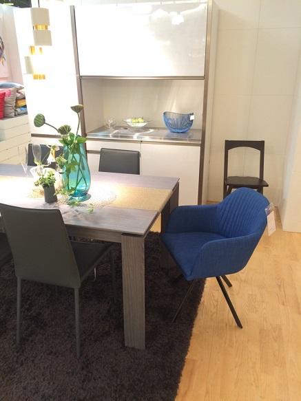 ブルー チェア グレー テーブル