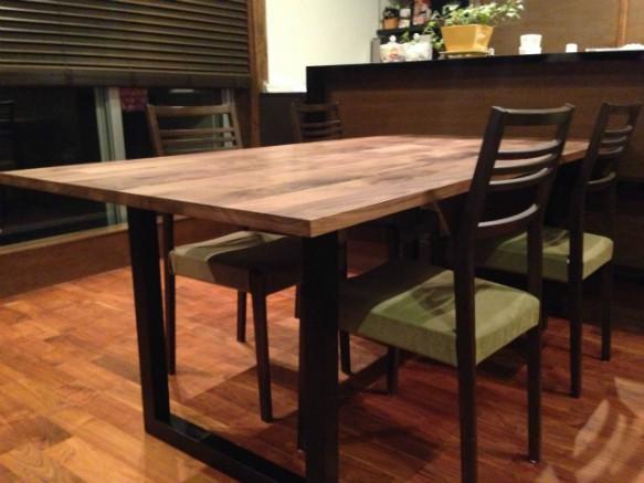異素材を組み合わせたおしゃれダイニングテーブル