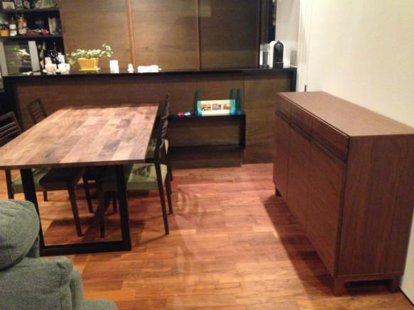 テーブルとサイドボードもウォールナットで統一